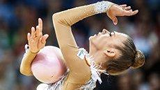 Александра Солдатова (Россия) выполняет упражнение с мячом в финале индивидуальной программы по художественной гимнастики Гран-при Москвы