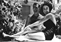 17-летняя актриса Элизабет Тейлор с женихом в Майами-Бич, штат Флорида, 1949