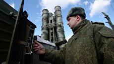 Военнослужащий у зенитного ракетного комплекса (ЗРК) Триумф С-400. Архивное фото