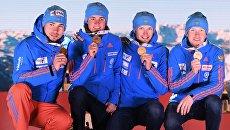 Спортсмены сборной России, завоевавшие золотые медали в эстафете среди мужчин на чемпионате мира по биатлону в австрийском Хохфильцене