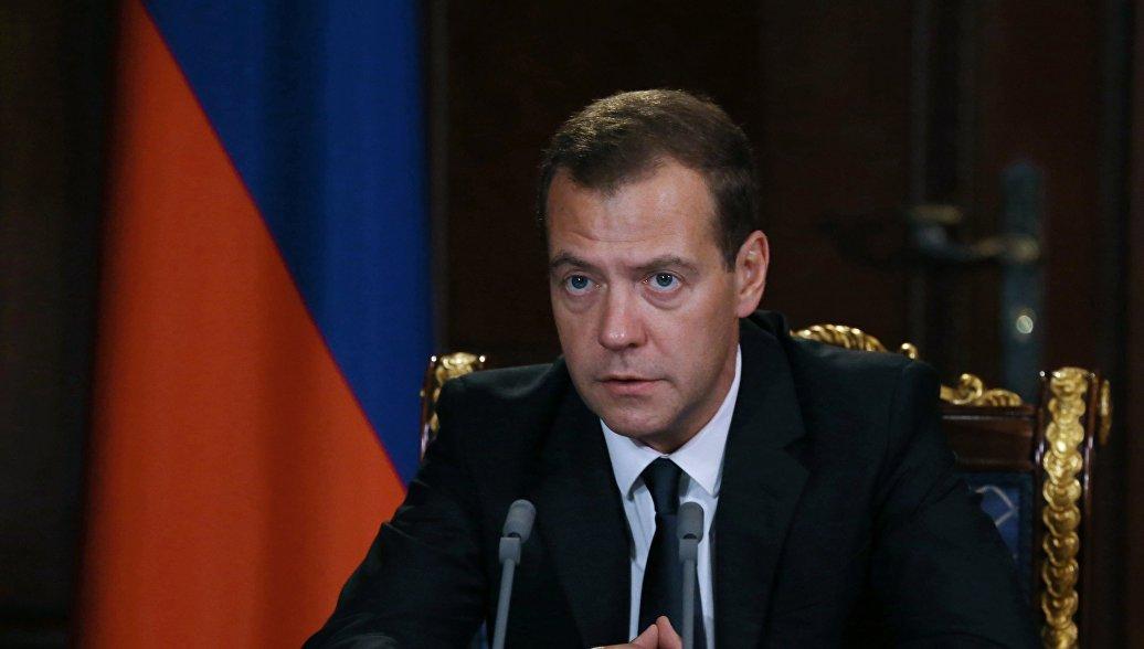 Медведев поручил рассмотреть введение ответных санкций против украинских авиакомпаний