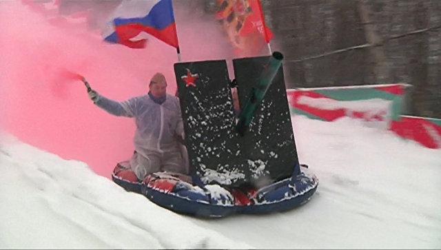 Катание с горки верхом на пушке: в Москве прошел фестиваль необычных саней