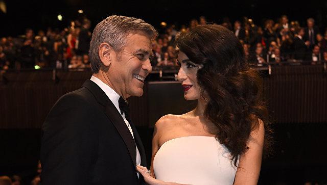 Американский актер Джордж Клуни и его жена Амаль перед церемонией вручения премии Сезар в Париже