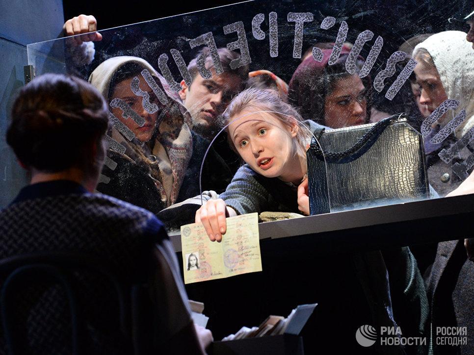 Юлиана Гребе в сцене из спектакля Мадонна с цветком в Театре п/р Олега Табакова