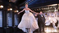 Актеры Александр Семчев и Надежда Жарычева в сцене из спектакля Школа жен в театре-студии под руководством О. Табакова