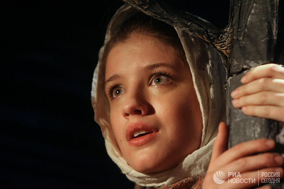 Артистка Анна Чиповская в сцене из премьерного спектакля Московского театра-студии под управлением Олега Табакова Олеся
