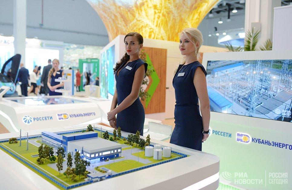 Девушки у стенда Кубаньэнерго на выставке Российского инвестиционного форума в Сочи
