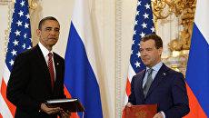 8 апреля 2010 года. Президент России Дмитрий Медведев и президент США Барак Обама (справа налево) во время церемонии подписания Договора о мерах по дальнейшему сокращению и ограничению стратегических наступательных вооружений (СНВ). Архивное фото