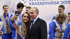 Президент РФ Владимир Путин встретился с победителями зимней универсиады 2017 года в Алма-Ате во время посещения регионального центра спортивной подготовки Академия биатлона в Красноярске. 1 марта 2017