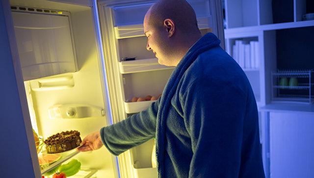 Толстый мужчина у холодильника. Архивное фото