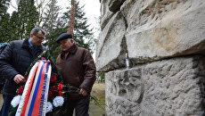 Участники торжественного митинга, который прошел в рамках российского автопробега Дороги памяти, на кладбище в польском Ольштыне