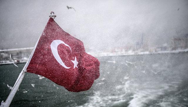 Турецкий флаг на судне в проливе Босфора. 18 февраля 2015. Архивное фото