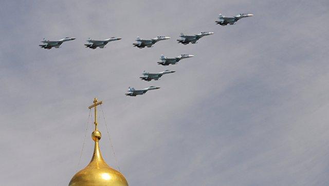 Многоцелевые истребители Су-30СМ и Су-35С во время военного парада