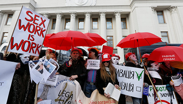 Митингующие уздания ВРУ требуют отменить наказание запроституцию