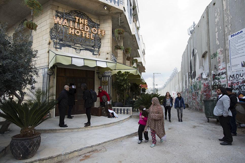 Бэнкси открыл отель около стены между Израилем иПалестиной