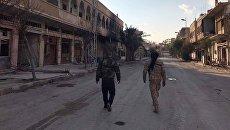 Солдаты у разрушенных в результате боевых действий домов в Сирии. Архивное фото