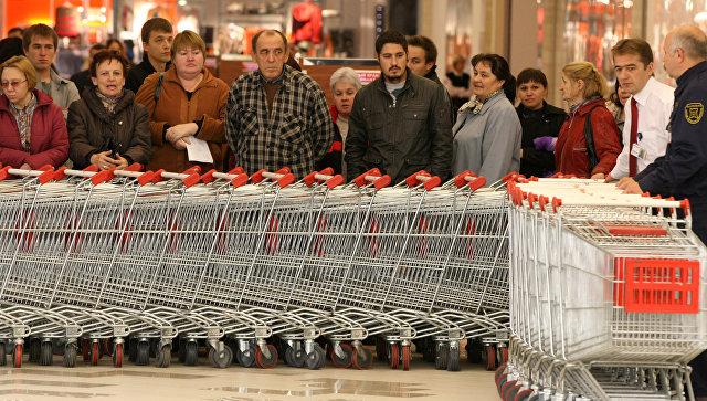 Покупатели перед открытием гипермаркета. Архивное фото