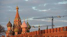 Вид на кремлевскую стену и собор Покрова Пресвятой Богородицы, Москва. Архивное фото