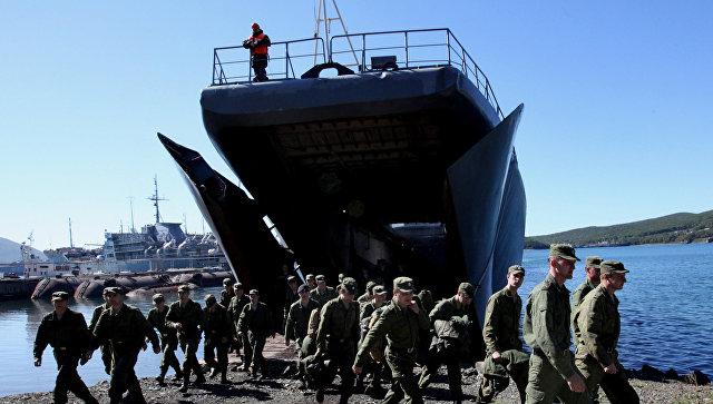 Военнослужащие покидают большой десантный корабль (БДК-101) Ослябя. Архивное фото