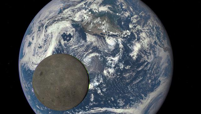 Уникальный снимок Луны на фоне Земли, сделанный с помощью космического аппарата Deep Space Climate Observatory (DSCOVR)