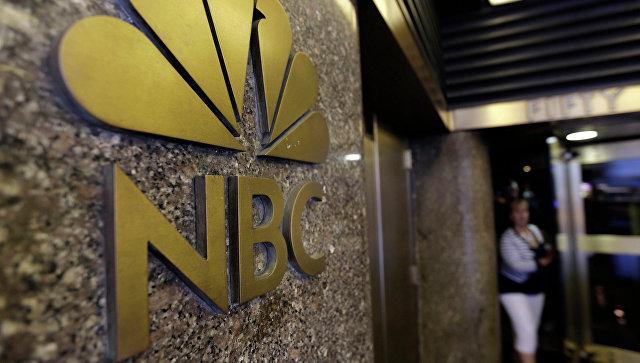 Эмблема канала NBC, Рокфеллеровский центр, Нью-Йорк. Архивное фото