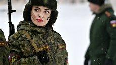 Участница во время конкурса красоты и профессионального мастерства среди женщин-военнослужащих ракетных войск стратегического назначения Макияж под камуфляж. Архивное фото