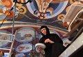 Монахиня во время реставрации в Свято-Никольском Черноостровском женском монастыре в городе Малоярославце Калужской области