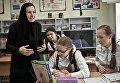Жительница США матушка Екатерина проводит занятие по английскому языку в школе детского приюта Отрада в Свято-Никольском Черноостровском женском монастыре