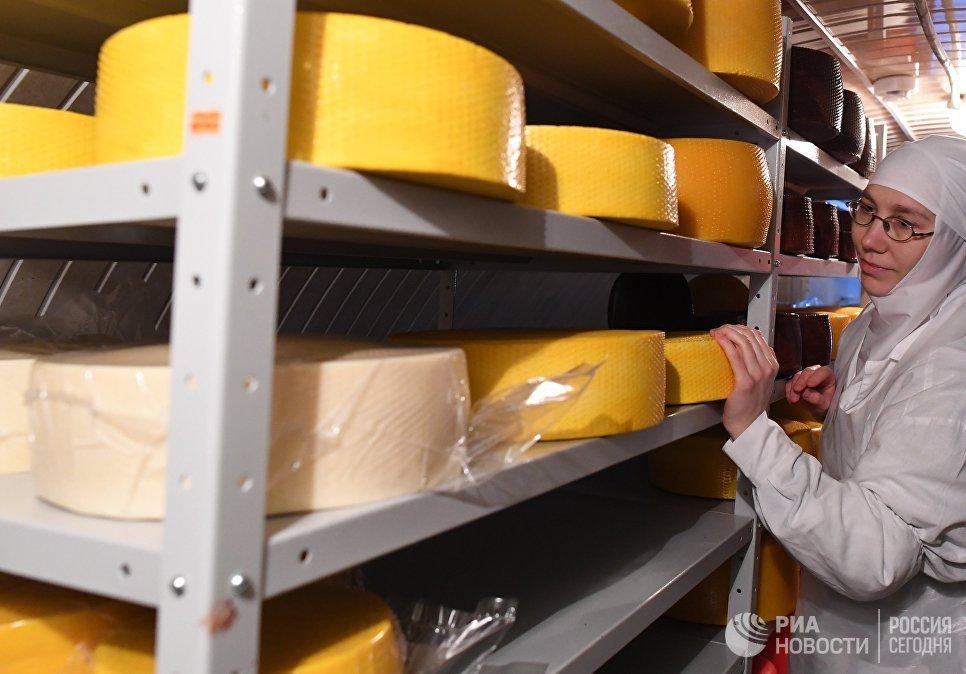 Изготовление сыра в молочном цехе Свято-Никольского Черноостровского женского монастыря в городе Малоярославце