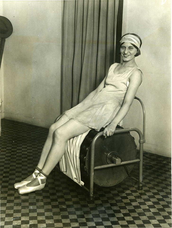 Мисс Рита Пишель, американская танцовщица, упражняется на электрическом тренажёре в гимнастическом зале, который открыла Маржори Рорк в Нью-Йорке