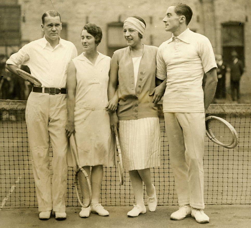 Знаменитая теннисистка Сюзанна Ленглен (вторая справа) в костюме от модельера Жана Пату