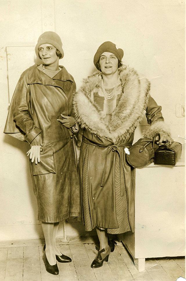 Певица Ханна Вальска (слева) и баронесса Фредерикс в кожаных манто для прогулок в автомобиле. 1928 г.