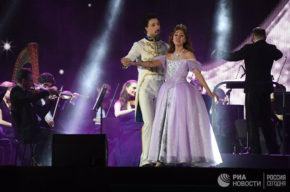 Солисты мюзикла Золушка Юлия Ива и Павел Левкин на открытии благотворительного Семейного Бала #ВЕСНА на ВДНХ