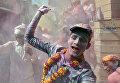 Участник фестиваля Холи в Барсане, Индия