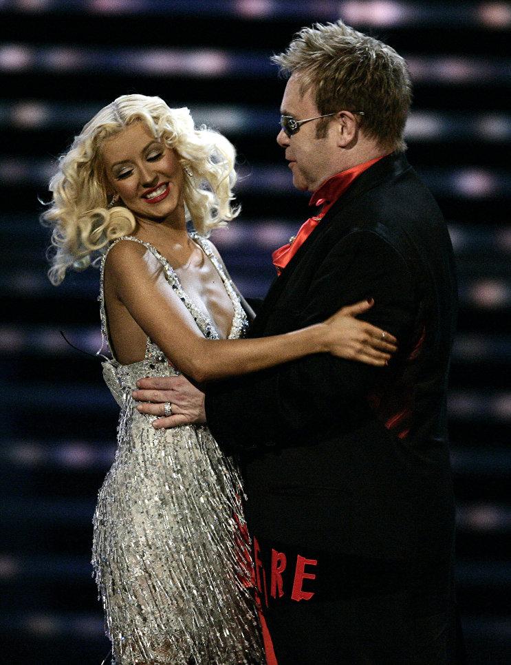Музыкант Элтон Джон и Кристина Агилера во время концерта Fashion Rocks, 7 сентября 2006