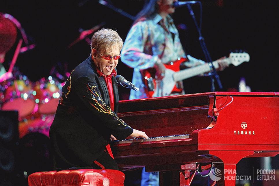 Британский певец Элтон Джон во время концертной программы Red Piano в спорткомплексе Олимпийский в Москве