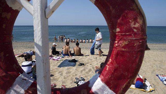 На береге  воФлориде 80 человек создали живую цепь испасли утопающих
