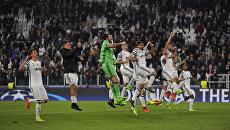 Игроки Ювентуса празднуют победу в матче Лиги чемпионов против Порту. 14 марта 2017