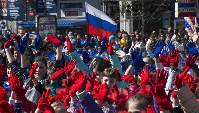 Участники празднования годовщины Крымской весны во время шествия по центральным улицам Симферополя. 2015 год