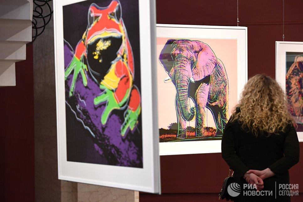 Посетительница на открытии выставки Энди Уорхол. Вымирающие виды в Дарвиновском музее в Москве