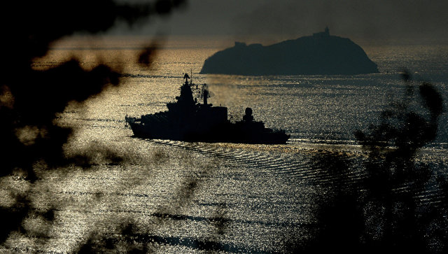 Гвардейский ракетный крейсер Варяг в проливе Босфор Восточный. Архивное фото