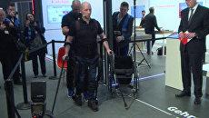 Парализованный испытатель протестировал экзоскелет на выставке CeBIT-2017