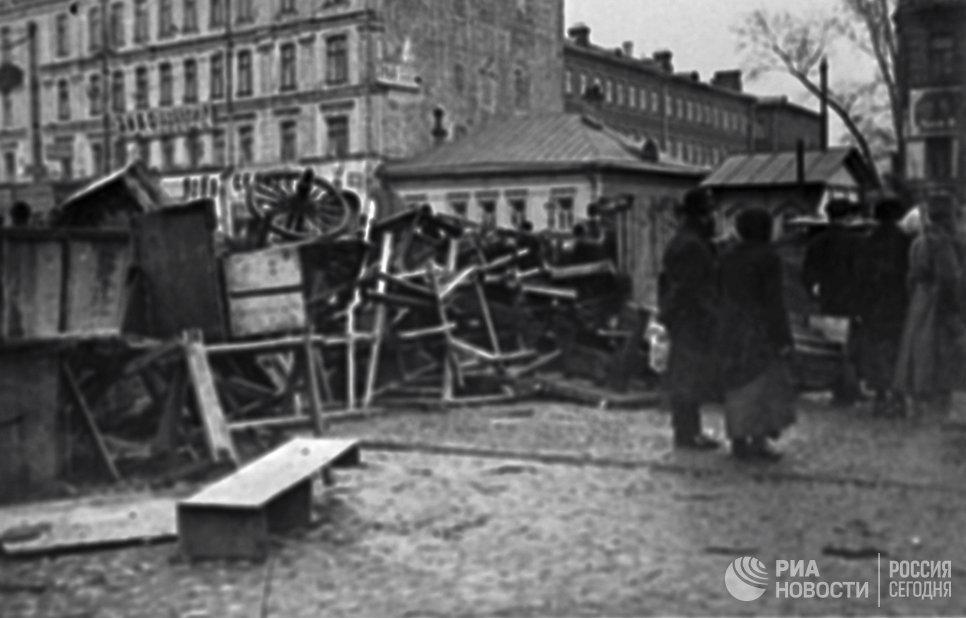 Москвичи обходят баррикады, перегородившие улицу на Красной Пресне