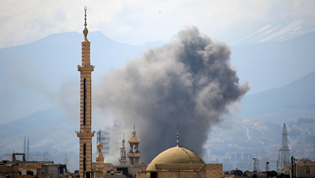 Дым над восточными районами Дамаска после авиаудара ВВС Сирии. 20 марта 2017