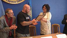 Боец Монсон получил диплом почетного доктора наук университета в Луганске