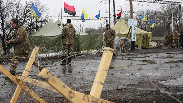 Участники торговой блокады Донбасса у станции Кривой Торец, Донецкая область. Архивное фото