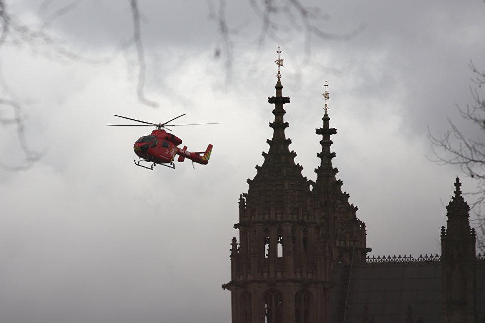 Воздушная скорая помощь Лондона возле здания Парламента. 22 марта 2017