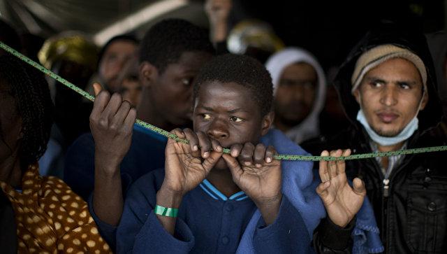 Мигранты, прибывшие из Ливии, в порту Сицилии, Италия. 2017 год