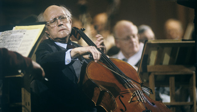 Мстислав Ростропович выступает с Национальным симфоническим оркестром США, главным дирижером и художественным руководителем которого он является