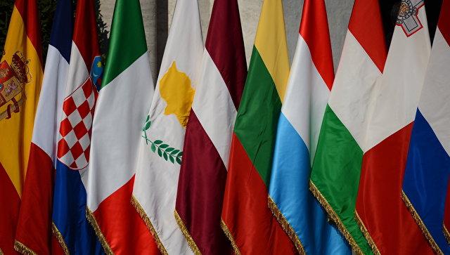 Флаги перед началом саммита 27 стран-участниц Евросоюза в Риме